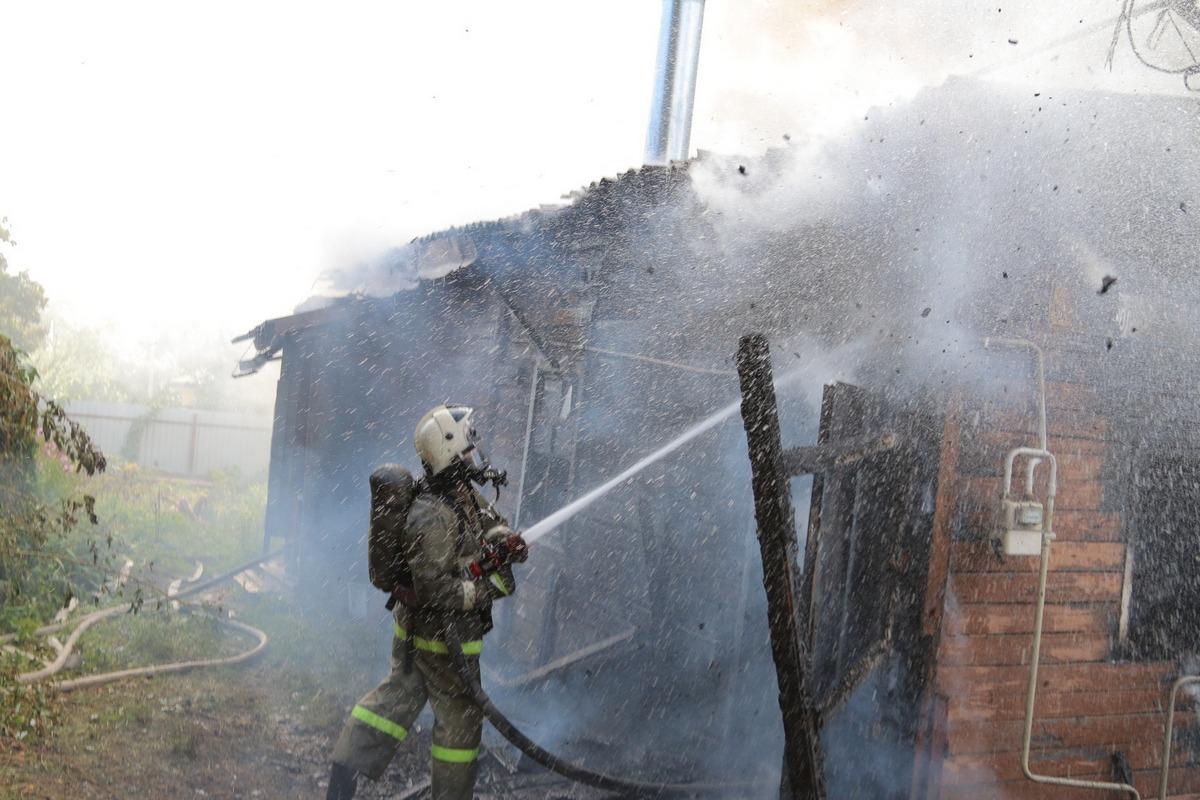 Увидев, как горит дом на одной из улиц Рославля, соседи вызвали пожарных
