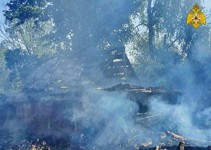 В Рославльском районе сгорела хозпостройка
