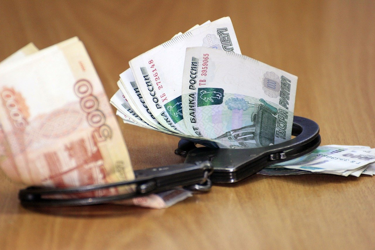 Житель Рославля похитил у друга ноутбук и деньги